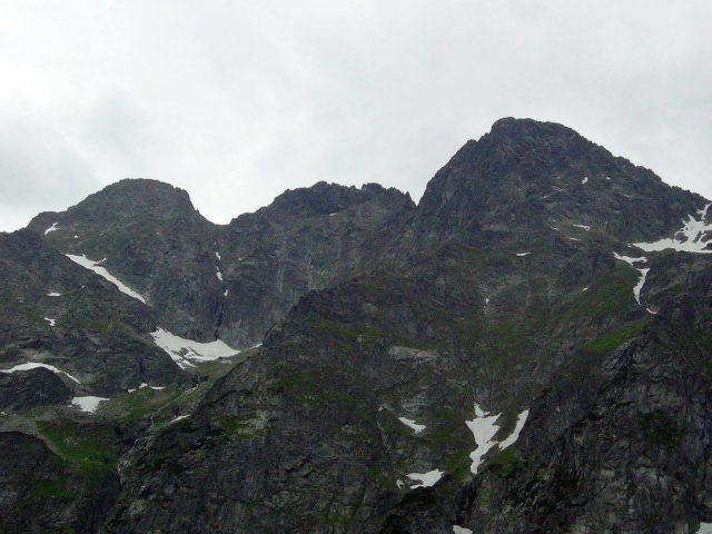 Niesamowity widok na góry po części pokryte śniegiem