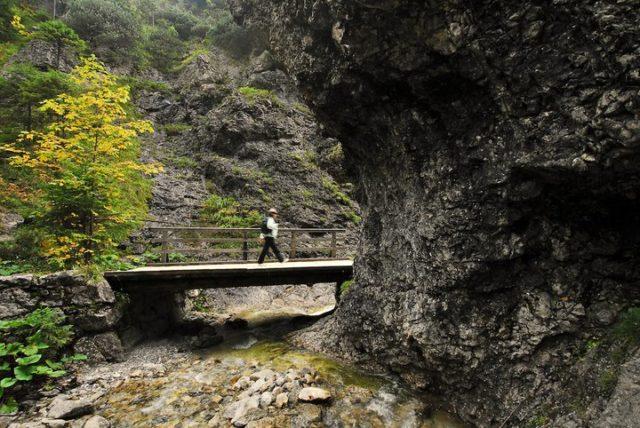 most w tatach, gotowy na każde warunki turysta