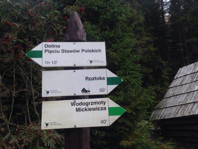 znak z oznaczeniami szlaków w górach