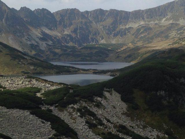 widok z góry na dolinę pięciu stawów