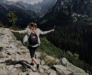 zdjecie dziewczyny w gorach