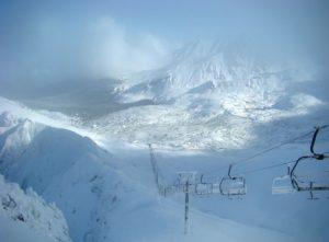 piękny widok na halę i wyciąg zimą