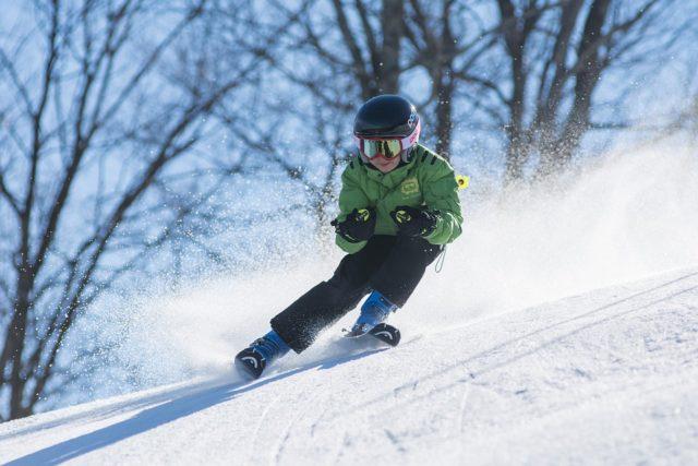 Człopiec cieszący się Tatry Super Ski